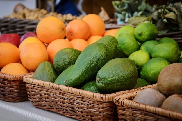 Avocados auf der theke