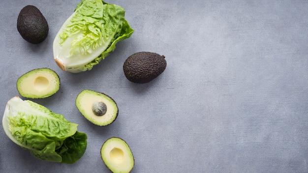 Avocados mit salat auf dem tisch