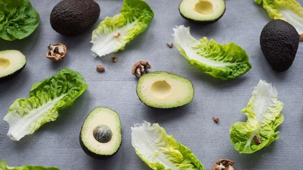 Avocados mit salat auf tisch verstreut