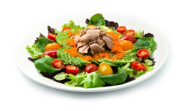 Avocadosalat serviert mit thunfisch, ebiko, sesam und gemüse