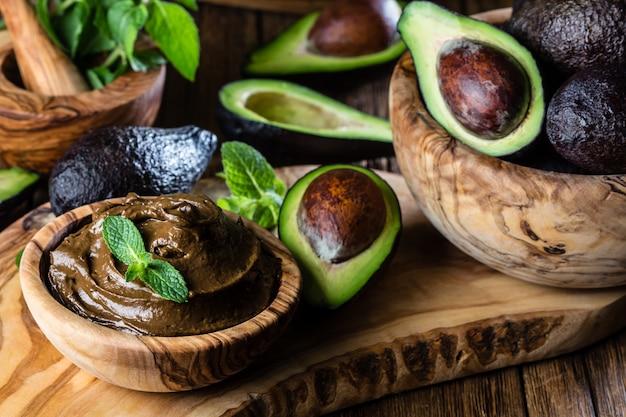 Avocadoschokoladencreme in der olivgrünen hölzernen schüssel