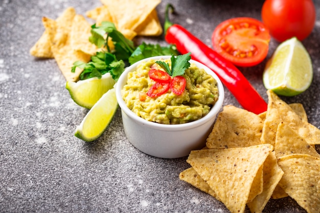 Avocadosoßenguacamole mit corn chipe nachos