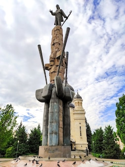 Avram iancu statue mit kirche im hintergrund, cluj-napoca, rumänien