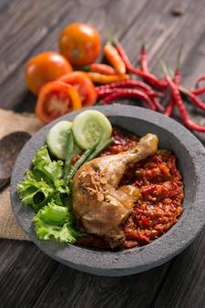 Ayam penyet traditionelles gebratenes huhn
