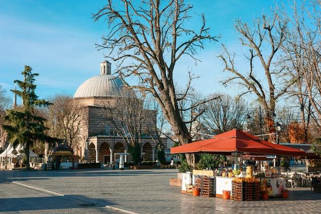Ayasofya hurrem sultan hammam, istanbul. stall mit früchten auf dem hammam hurrem sultan im herbst