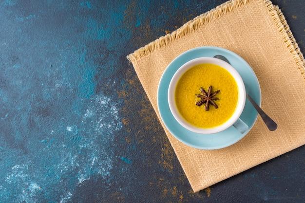 Ayurvedische goldene kurkuma latte milch mit kurkuma und anderen gewürzen blau