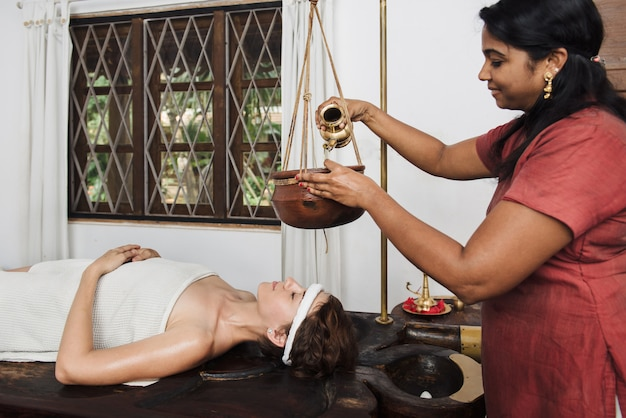 Ayurvedische shirodhara-behandlung in indien