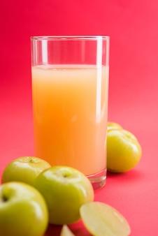 Ayurvedischer amla oder indischer stachelbeersaft, gesunde ernährung