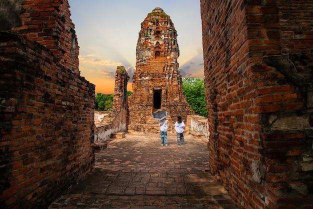 Ayutthaya historical park umfasst die ruinen der altstadt von ayutthaya