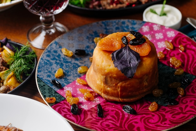 Azerbaijani shah plov mit trockenen früchten, sultaninen und roten basilikumblättern.