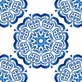 Azulejo blaue und weiße hand gezeichnete fliese nahtlose dekorative aquarellfarbe muster. hamam fliese