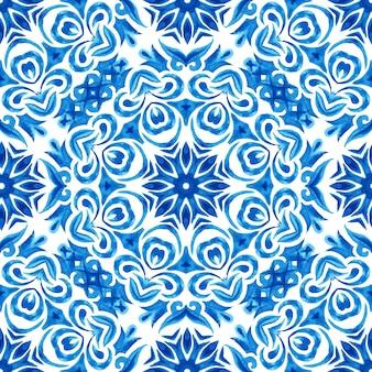Azulejo-fliesen-design-stil. abstrakte blaue und weiße hand gezeichnete nahtlose dekorative aquarellmuster. elegante altmodische textur für stoffe und tapeten, hintergründe und seitenfüllung.
