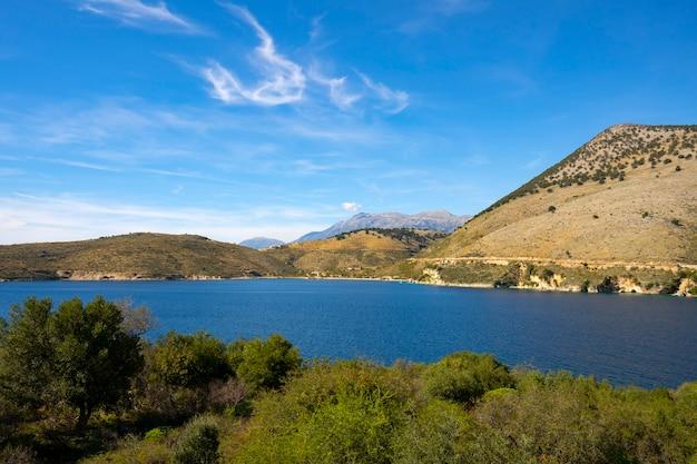 Azurblaue bucht in porto palermo in der nähe von himare in albanien.