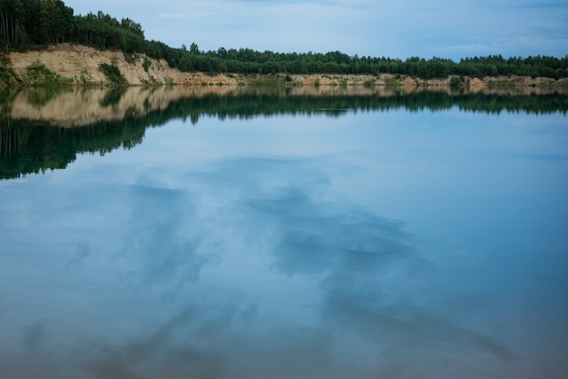 Azurblaue wasserlandschaft gegen den blauen himmel