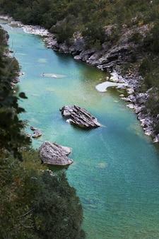 Azurblauer gebirgsfluss