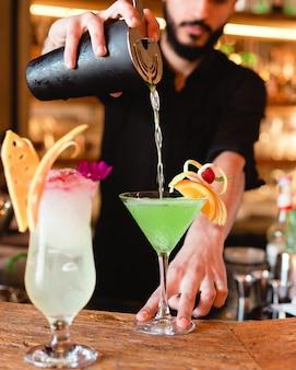 Azurblauer tropischer cocktail