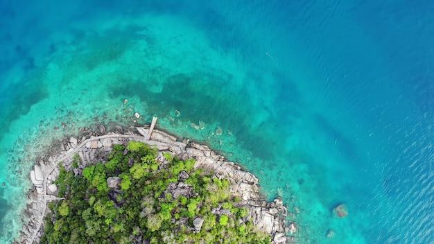 Azurblaues türkisfarbenes meer durch tropische insel koh tao, kleines paradies. drohnenblick, wasser und grüner dschungel