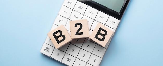 B2b-akronym für marketingdokumente auf würfeln