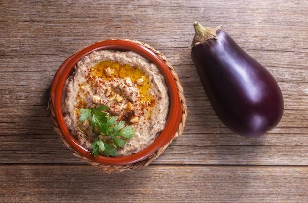 Baba ganoush aus gebackenen auberginen mit sesampaste bestreut mit walnüssen