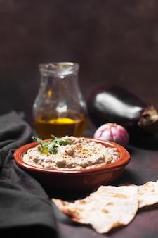 Baba ganoush, ezme eastern levantine cuisine in einem teller mit kräutern gegossen mit olivenöl mit zutaten und lavash