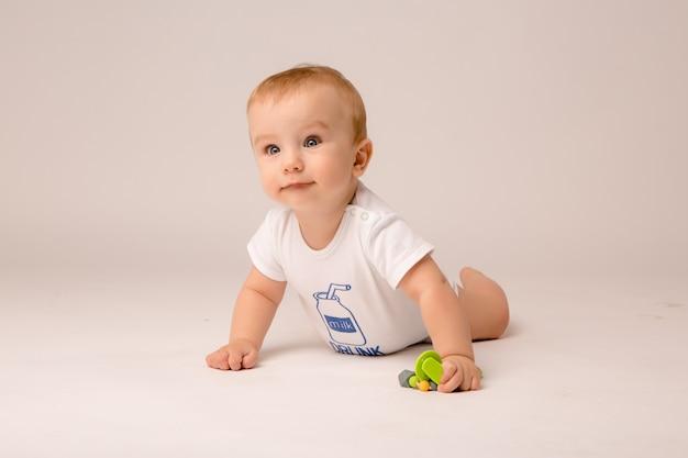 Baby 8 monate auf weißem hintergrund