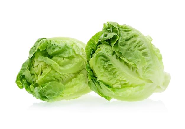 Baby cos (salat) auf weißem hintergrund