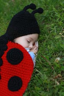 Baby, das draußen auf dem gras schläft