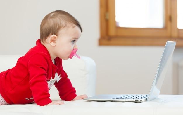 Baby, das einen laptop verwendet