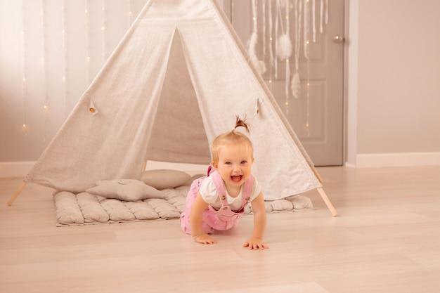 Baby, das im kinderzimmer spielt