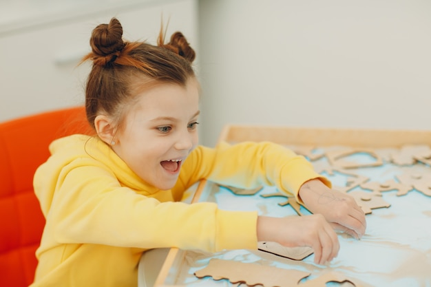 Baby, das mit sandform spielt spielzeug frühkindliche bildung kleinkind kognitive psychologie spielt