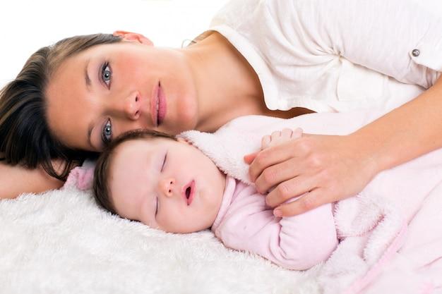 Baby, das nahe mit muttersorgfalt schläft