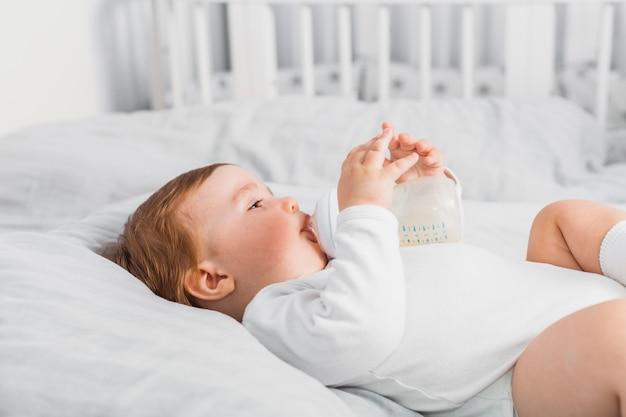 Baby, das von einer babyflasche trinkt