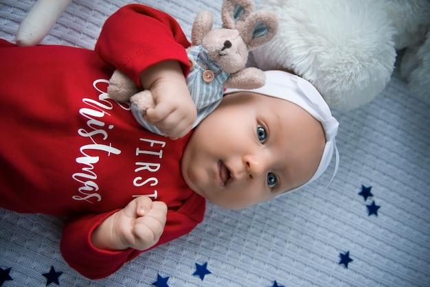 Baby, das weihnachtsmann krabbelt mit sehr entschlossenem gesichtsausdruck.