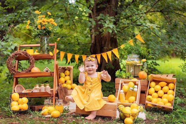 Baby, das zitronen isst und im sommer im freien limonade trinkt