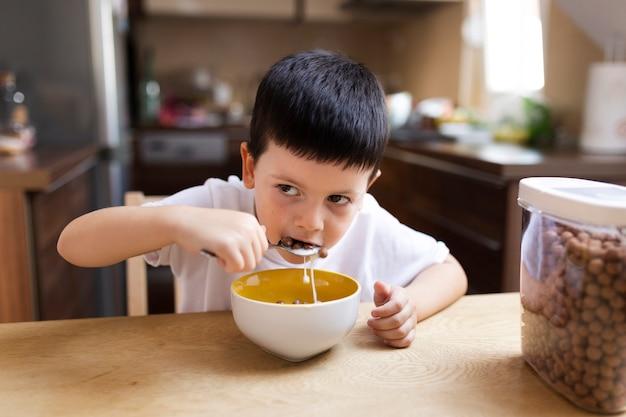 Baby, das zu hause frühstückt