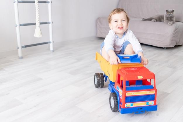 Baby, das zu hause in einer schreibmaschine sitzt oder reitet, das konzept eines kinderspiels