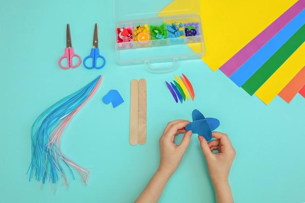 Baby einhorn handgemachte stäbchen. ein ungewöhnliches geschenk aus einer papierschachtel. handgemachte meisterklasse. lieblingshobby. kindergarten und schule.
