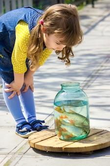 Baby fängt fische in einer dose