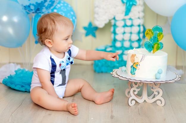 Baby feiert ein jahr mit kuchen und luftballons, glückliche kindheit, kindergeburtstag