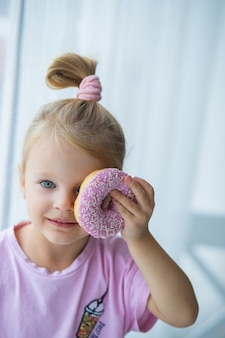 Baby-fotoshooting mit rosa donut