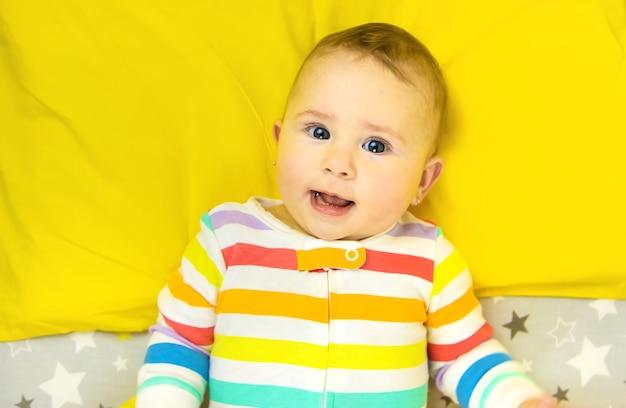 Baby geht in der krippe ins bett. selektiver fokus. kind.