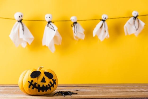 Baby ghost crafts gruseliges gesicht hängen und halloween kürbiskopf jack laterne lächeln und spinne auf holz