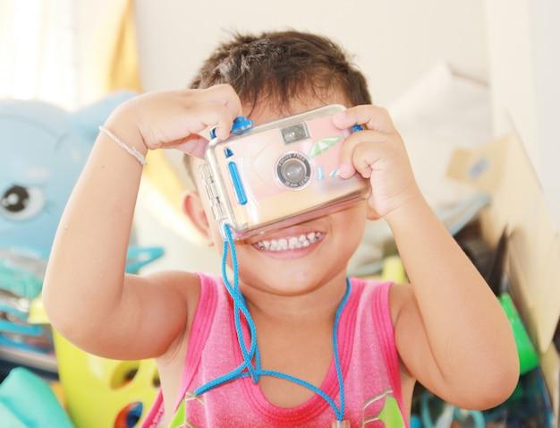 Baby glücklich mit kamera über spielzeug