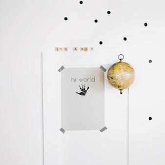 Baby handabdruck auf papierblatt
