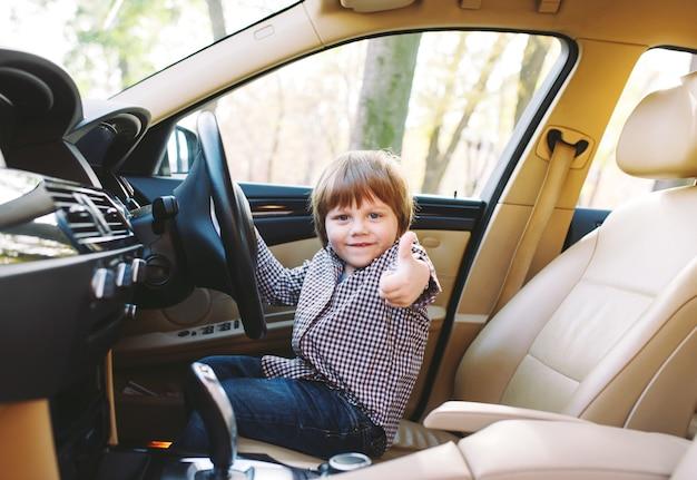 Baby im auto.