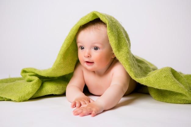 Baby im grünen plaid auf weiß