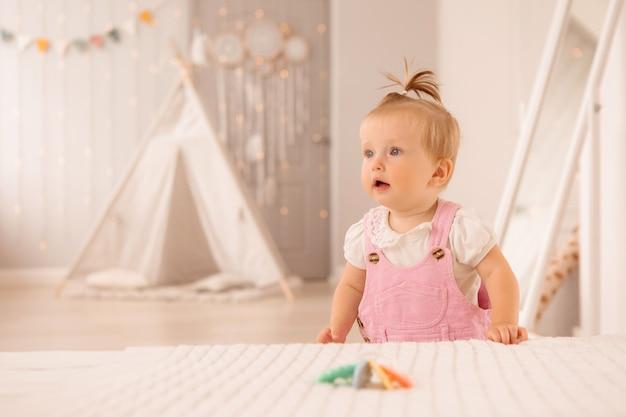Baby im kinderzimmer spielen