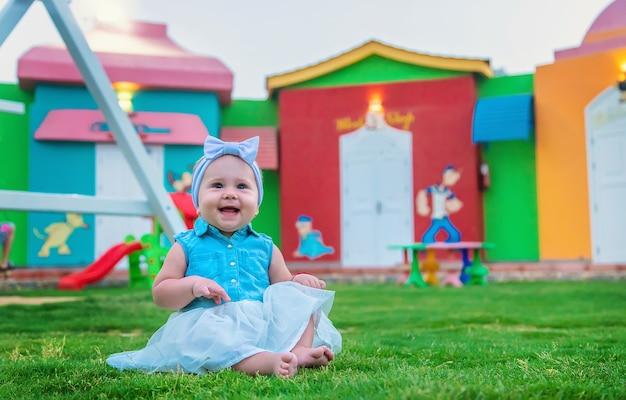 Baby im park spielt auf dem spielplatz