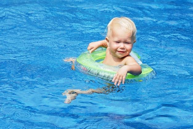 Baby im pool schwimmen
