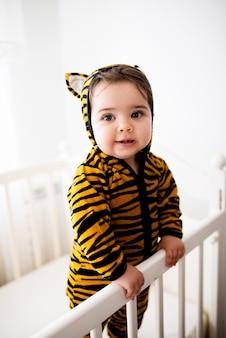 Baby im tiger kostüm.